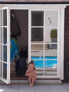 Oscar sitter vid poolen