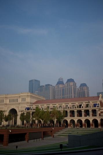 """Stadion vid """"five road avenue"""" - europeisk del av Tianjin"""