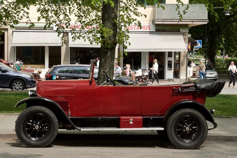 Utanför Fältöversten, fina gamla bilar överallt i stan idag!