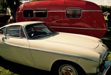 Volvo P1800 och färggrann husvagn!